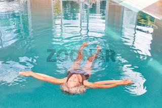Frau entspannt sich beim Wasseryoga