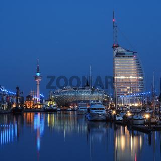 Stadtbild von Bremerhaven mit dem Neuen Hafen zur Blauen Stunde