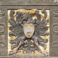 Nahaufnahme des Quedlinburger Stadtwappens in der Fassade des Rathauses