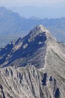 Felsengrat führt zum Berggipfel