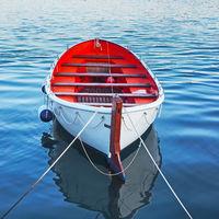 Leeres Ruderboot im Wasser