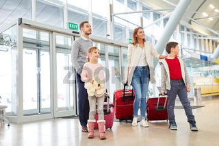 Familie und zwei Kinder fliegt in den Urlaub