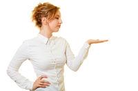 Junge Frau hält Mockup Produkt auf Handfläche