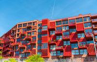 Neu gebautes rotes Mehrfamilienhaus