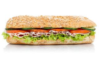 Brötchen Sandwich Vollkorn Baguette belegt mit Schinken seitlich freigestellt Freisteller