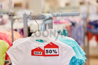 Kleidung im Discounter während 50% Sale