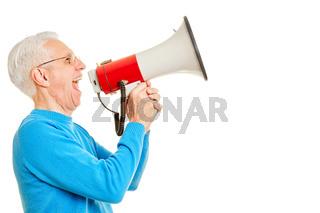 Alter Mann ruft in Megafon zur Kommunikation