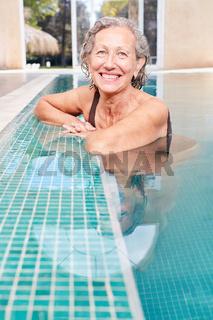 Glückliche Senior Frau im Schwimmbad