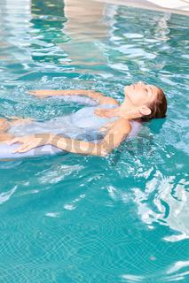 Frau meditiert beim Wasseryoga