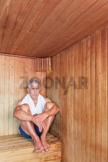 Senior sitzt entspannt in der Sauna