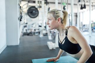 Junge Frau macht eine Pilates oder Yoga Übung