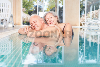 Senioren Paar schläft entspannt im Pool