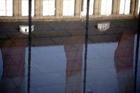 Regenpfützen spiegelt Wohnhaus