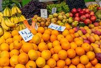 Orangen und andere Früchte auf einem Markt