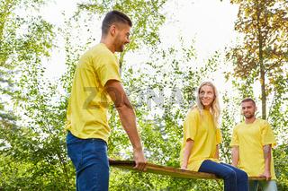 Junge Leute machen eine Teamwork Übung