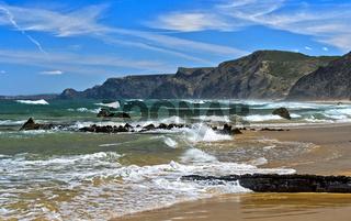 Wellenbrecher an der stürmischen Costa Vicentina Küste