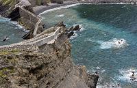 Steinerner Brückenzugang und Weg auf der Steilküste an der Bucht von Biskaya auf der Insel San Juan