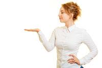 Junge Frau präsentiert mit leerer Handfläche