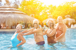 Senioren Gruppe macht Polonaise im Hotel Pool