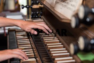 Person spielt Kirchenorgel - Detail