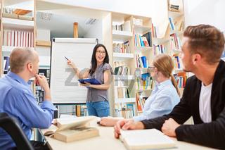 Junge Frau bei einer Präsentation am Whiteboard