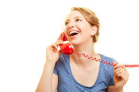 Junge Frau lacht beim Telefonieren am Telefon