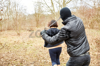 Angreifer bedroht Joggerin bei Überfall im Wald