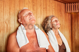 Senioren Paar genießt Wellness Sauna