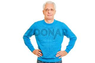 Senior Mann frontal mit Händen in der Hüfte