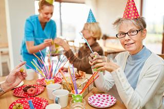 Senioren trinken Kaffee auf Geburtstagsfeier