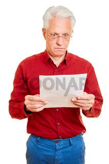 Mann mit Rechnung oder Kündigung als Brief