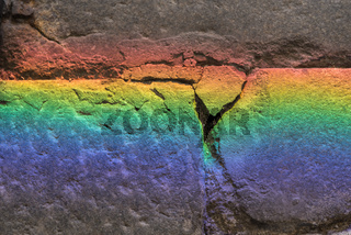 Lichtbrechung von Farben auf einem Stein - Hintergrund und Textraum