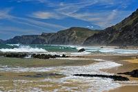 Wellenbrecher an der stürmischen Costa Vicentina Küste, Vila do Bispo, Portugal