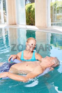 Senior Mann bekommt Hydrotherapie
