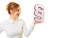 Lachende Frau mit Paragraphen Zeichen auf Hand