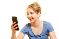 Glückliche Frau schaut überascht auf Smartphone