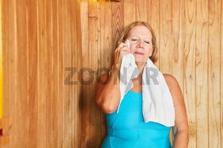 Senioren Frau schwitzt in der Dampfsauna