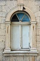 Antikes Fenster am Rathaus von Trogir