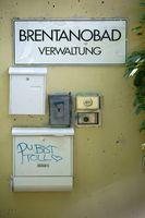 Eingangsschild Brentanobad