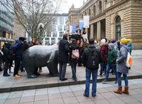 Touristen vor der Frankfurter Börse
