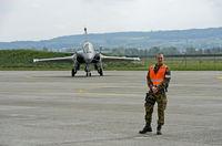 Schweizer Militärpolizei bewacht ein Mehrzweckkampfflugzeug Dassault Rafale B 4-FU SPA 81