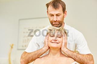 Chiropraktiker behandelt HWS Syndrom bei Patientin