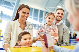 Familie und Service Agent am Check-in Schalter