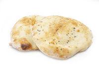 Zwei Fladenbrote (Pita Brot) freigestellt auf weißem Hintergrund
