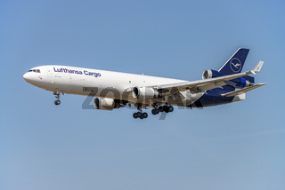 Frachtflugzeug der Lufthansa mit neuem Logo