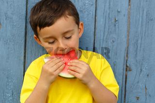 Kind kleiner Junge isst Wassermelone Sommer essen Textfreiraum Copyspace draußen