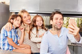 Familie macht Selbstporträt mit dem Smartphone