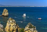 Segelschiff vor dem Camilo Strand, Praia do Camilo, Lagos, Algarve, Portugal