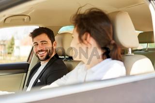 Zwei Geschäftsleute unterwegs mit dem Auto