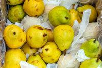 Gelbe Birnen auf einem Markt